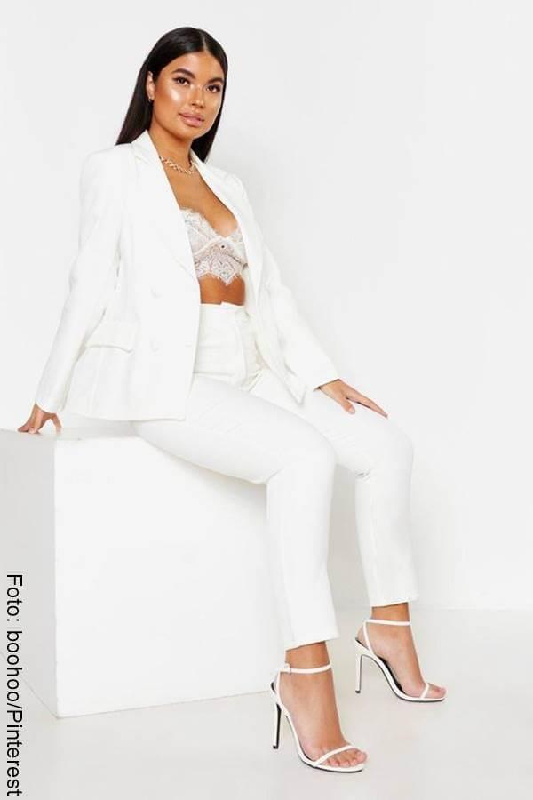 Foto de mujer curvy con vestido blanco