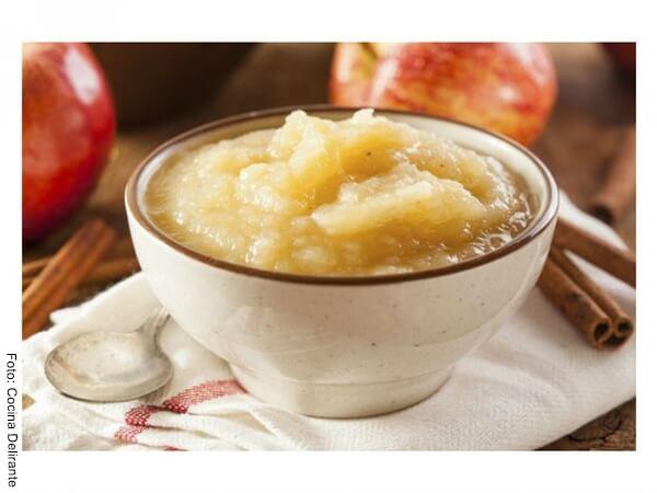 Foto de puré de manzana en un recipiente blanco de porcelana