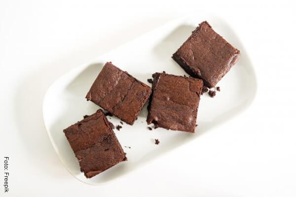 Foto de cuatro brownies de chocolate sobre un plato