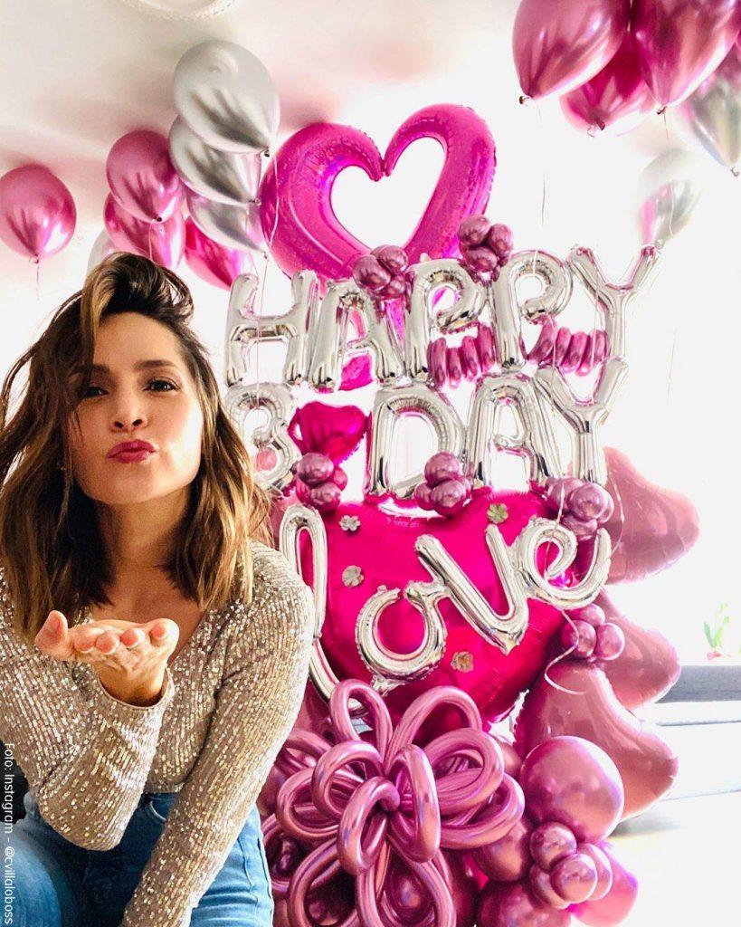 Foto de Carmen Villalobos con sus globos de cumpleaños enviando un beso