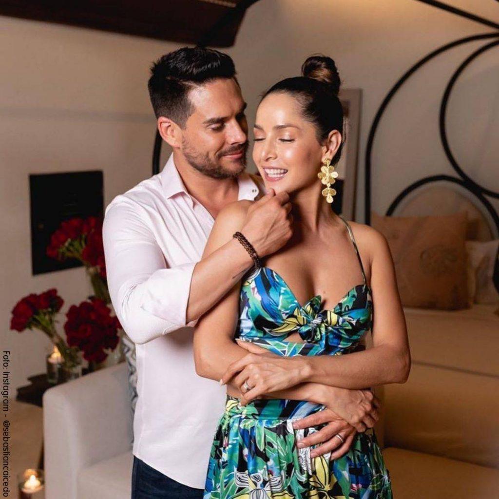 Foto de Sebastián Caicedo abrazando por la espalda a Carmen Villalobos en su cumpleaños