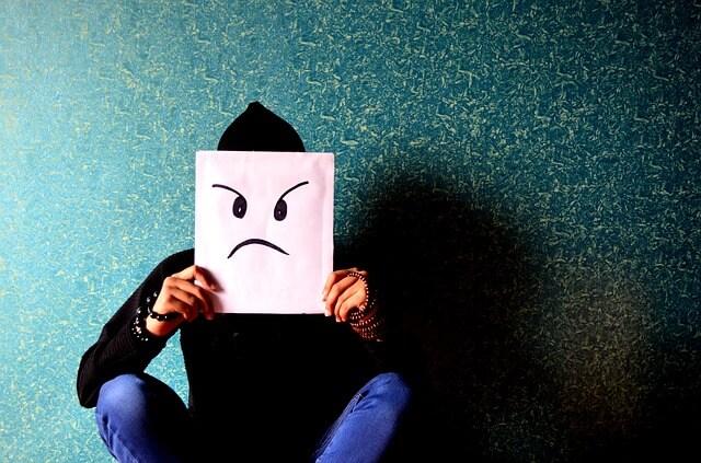 Foto de un hombre con un rostro enojado en un papel