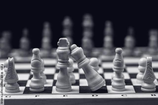 Foto de un tablero de ajedrez para ilustrar los signos zodiacales que van despacio en el amor