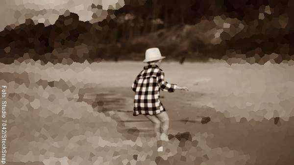 Foto de un niño corriendo en la playa