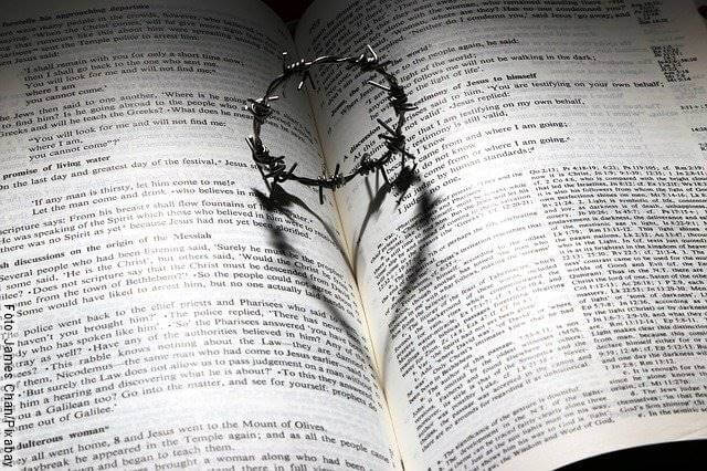 Foto de una corona de espinas sobre un libro