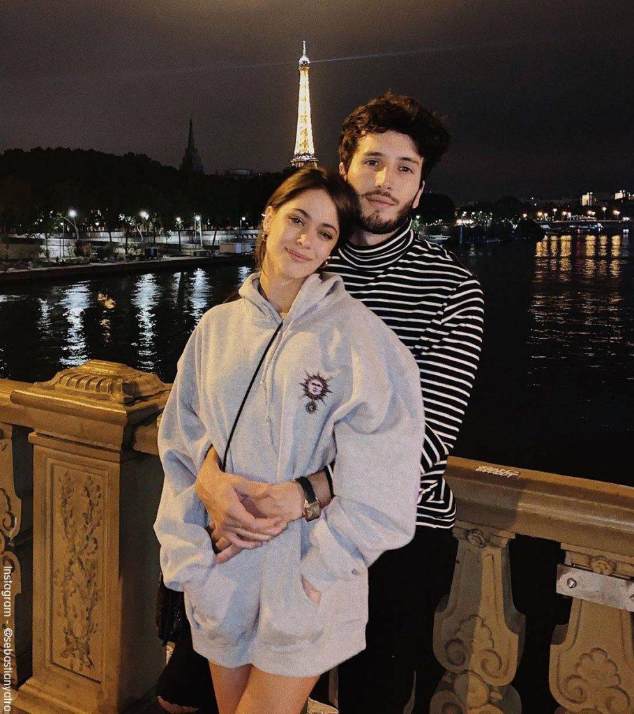 Foto de Tini Stoessel y Sebastían Yatra juntos en París y de fondo la Torre Eiffiel