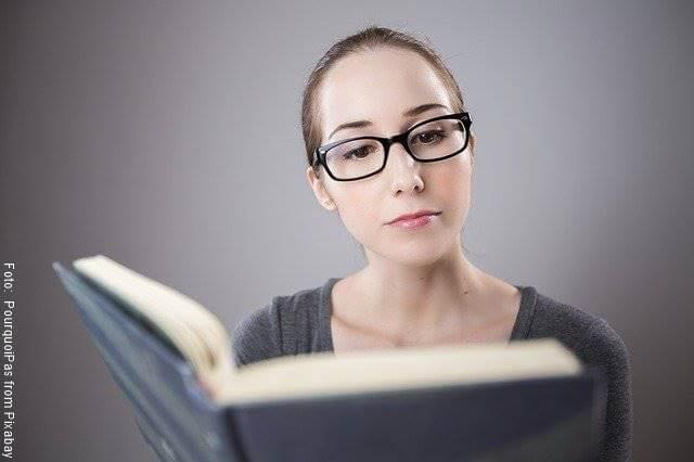 Foto de una mujer leyendo