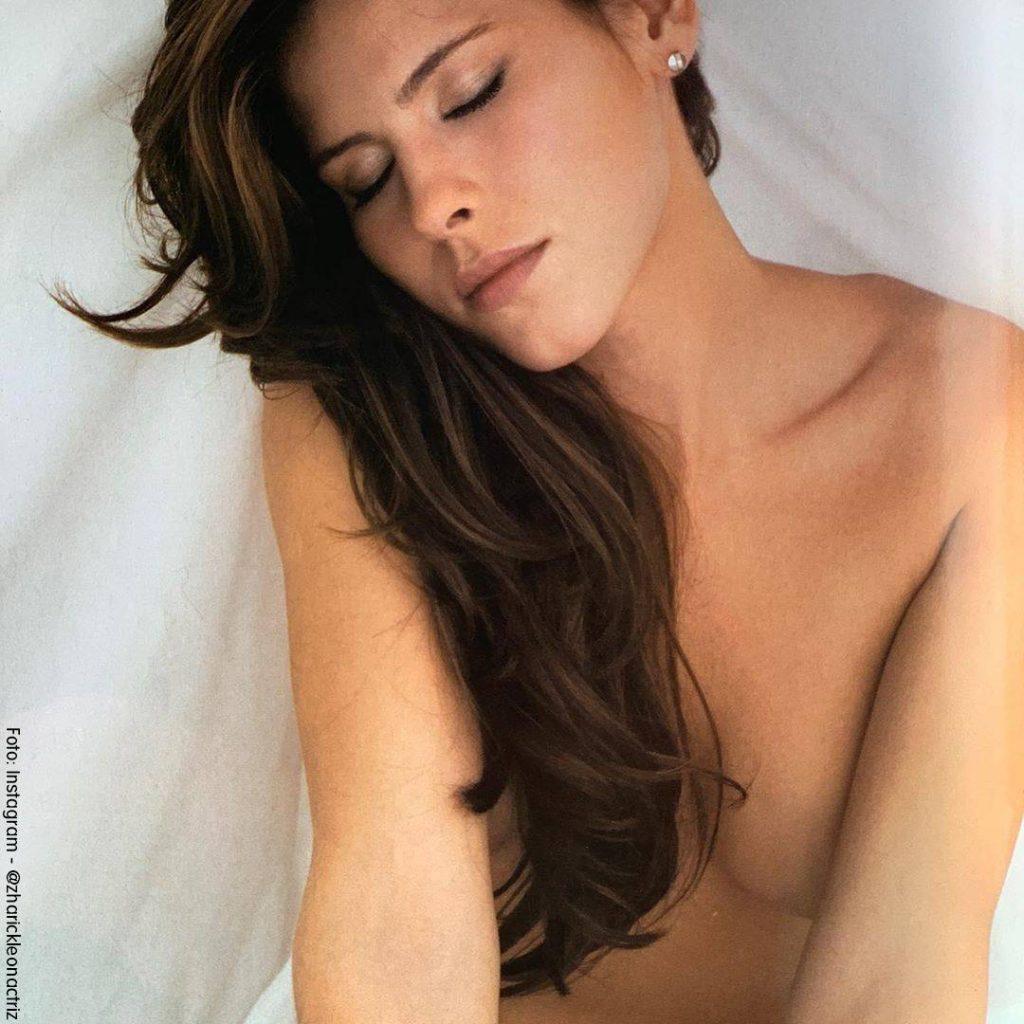 Foto de Zharick León desnuda debajo de las sábanas