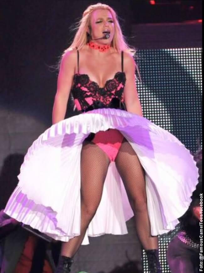 Foto de Britney Spears con una trusa que se le marca en la parte intima