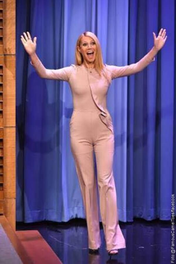 Gwyneth Paltrow con vestido enterizo color el cual se le marca en su parte intima