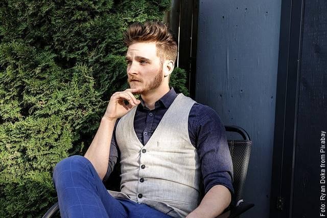 Foto de un hombre guapo sentado