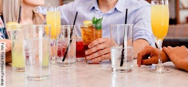 Foto de las manos de varias personas tomando cocteles