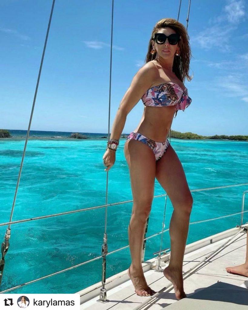 Ana Karina Soto en bikini, de perfil.