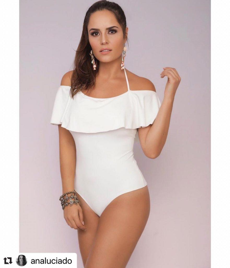 Ana Lucía Domínguez posando en sensual traje de baño.