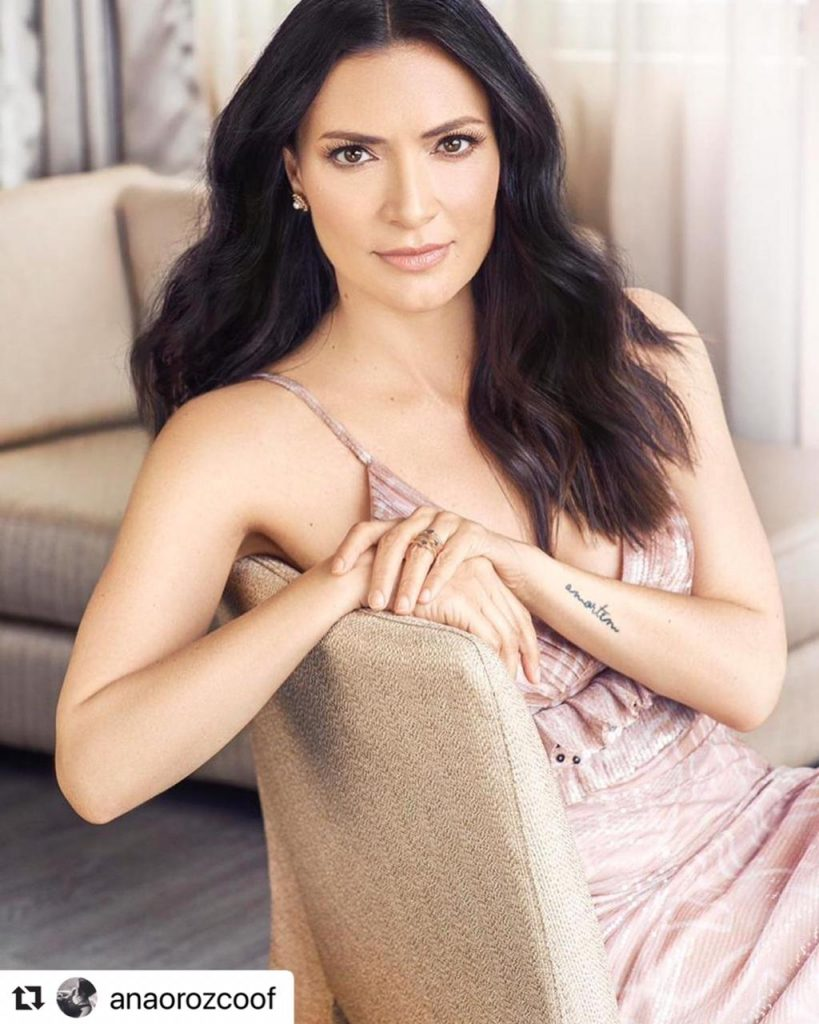 Ana María Orozco posando con un vestido rosa para una revista.