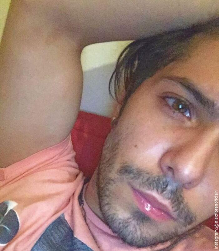 """Foto de Alex Flores """"protagonista de la novela Amarte así Frijolito"""" recostado en una almohada"""