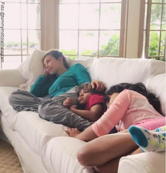 Foto de Thalia y sus hijos acostada en un mueble