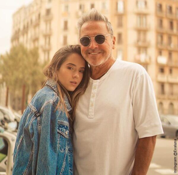 Foto de Evaluna y Ricardo Montaner abrazados