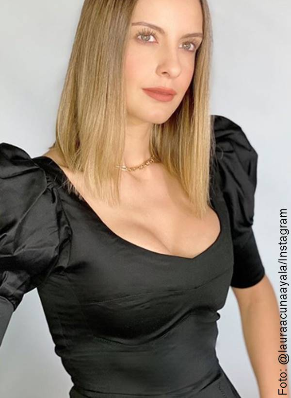 Foto de Laura Acuña con blusa de hombros abullonados