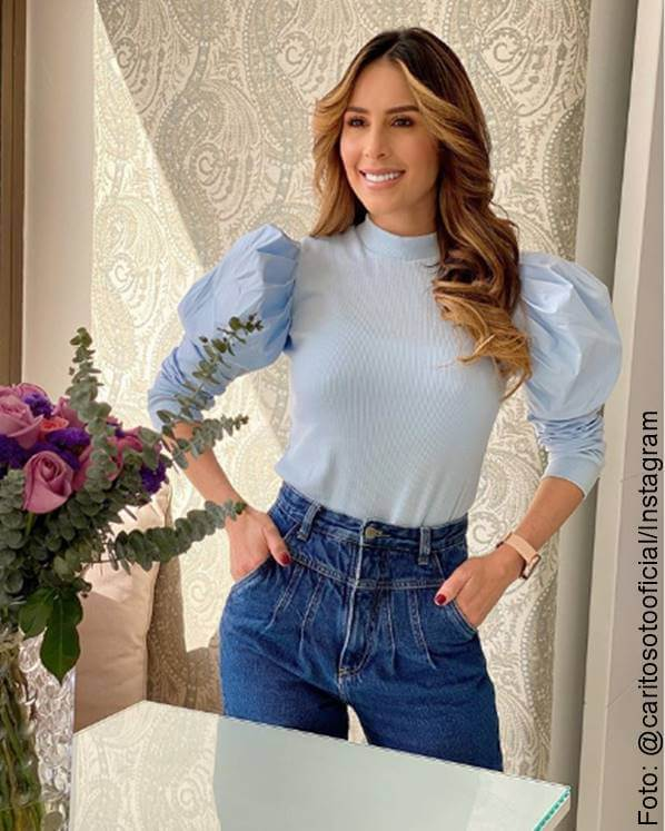 Foto de Carolina Soto con blusa de hombros abullonados