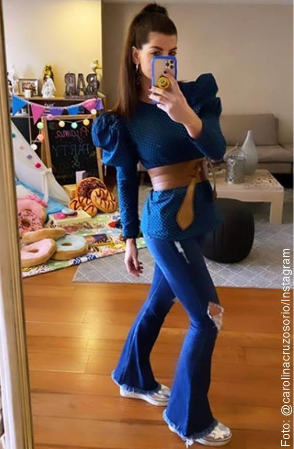 Carolina Cruz con blusa de hombros abullonados