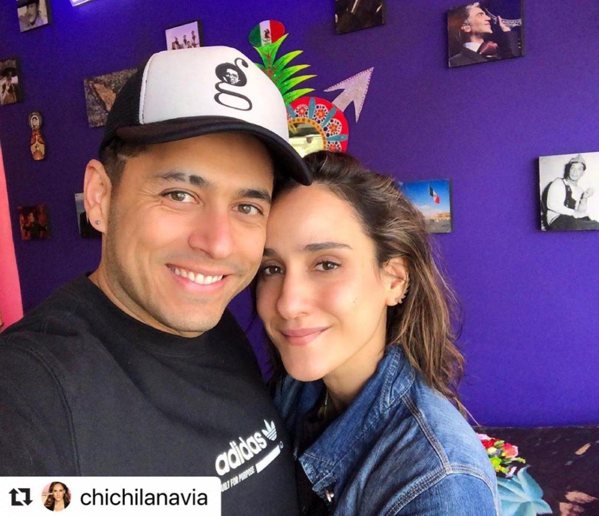 Chichila Navia y Santiago Alarcón posando juntos en su casa .