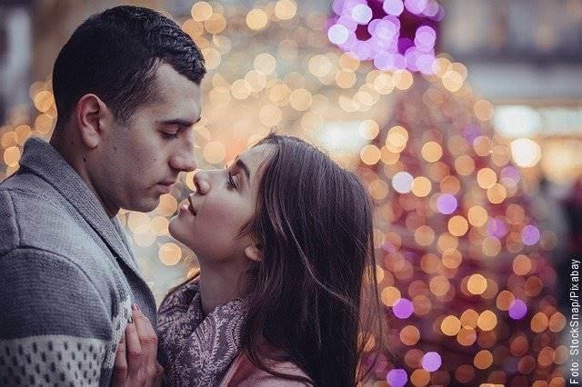 Foto de una pareja a punto de besarse