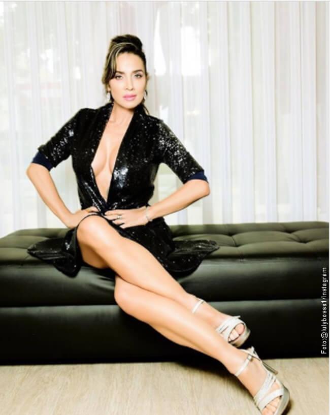 Foto de Luly Bosa sentada en un sillon negro con las piernas cruzadas