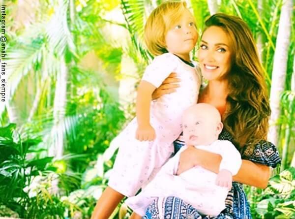 Foto de Anahi con sus hijos