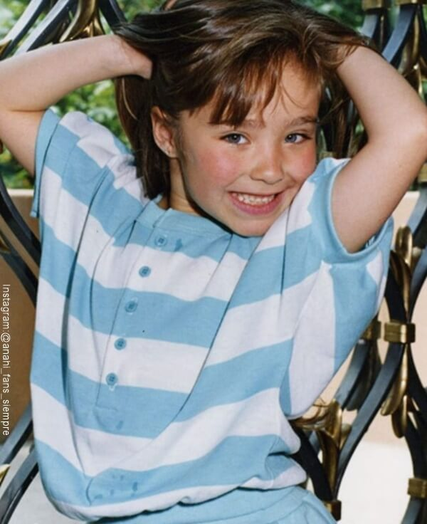 Foto de Anahi en su niñez cogiendose el cabello