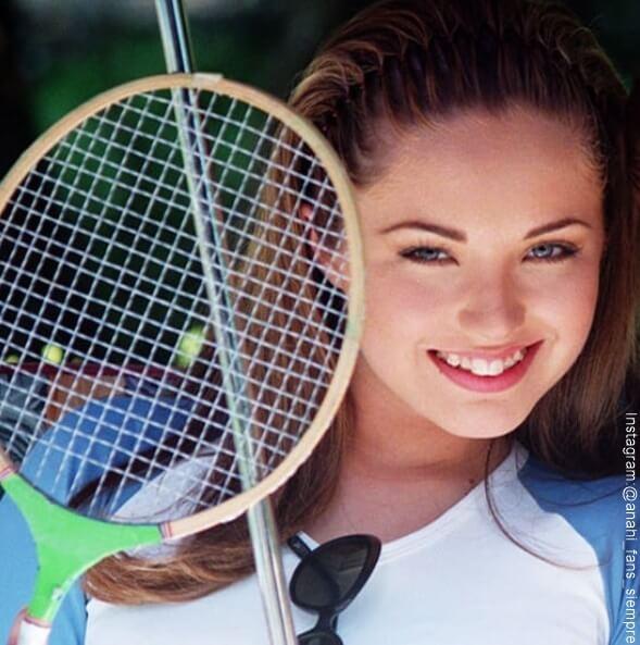 Foto de Anahi cuando era adolescente con una raqueta en la mano