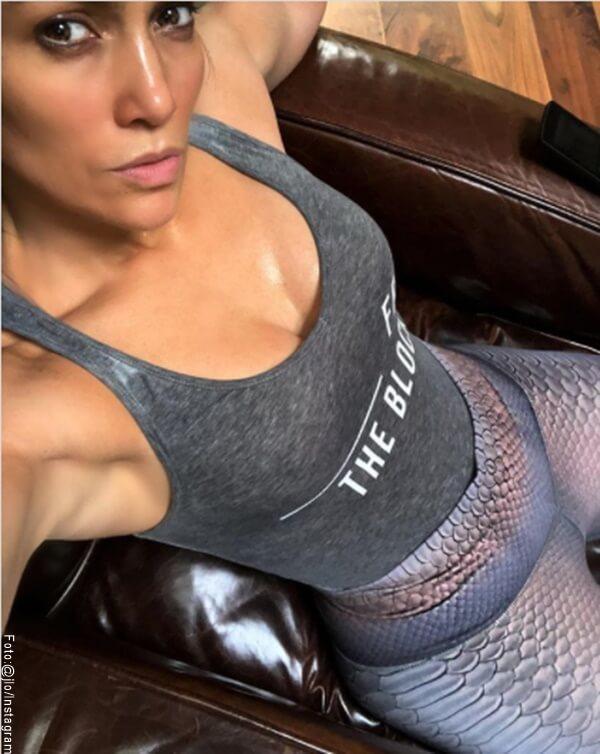 Foto de JLo sentada en un sillon despues de entrenar
