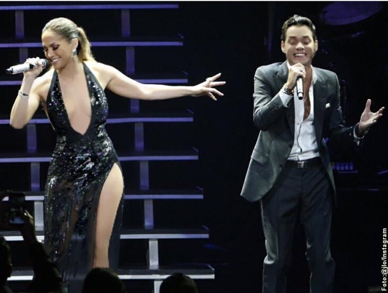 Foto de Jlo y Marc Anthony cantando en concierto