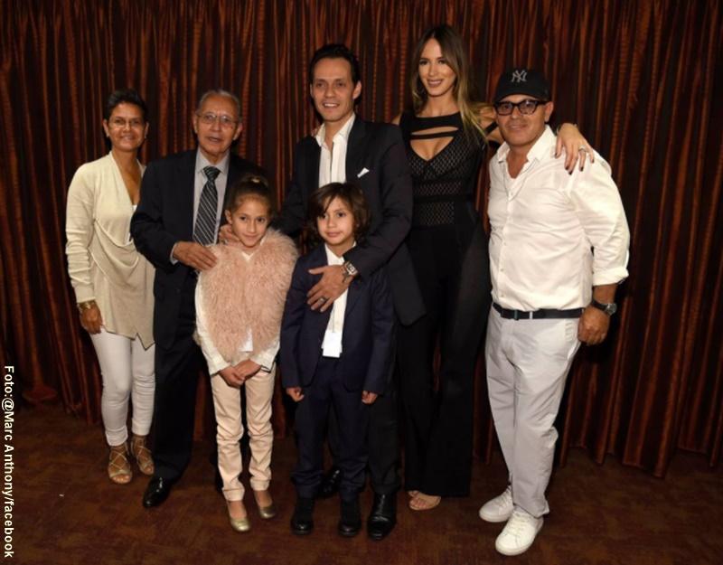 Foto de Marc Anthony en el backstage de concierto con su familia