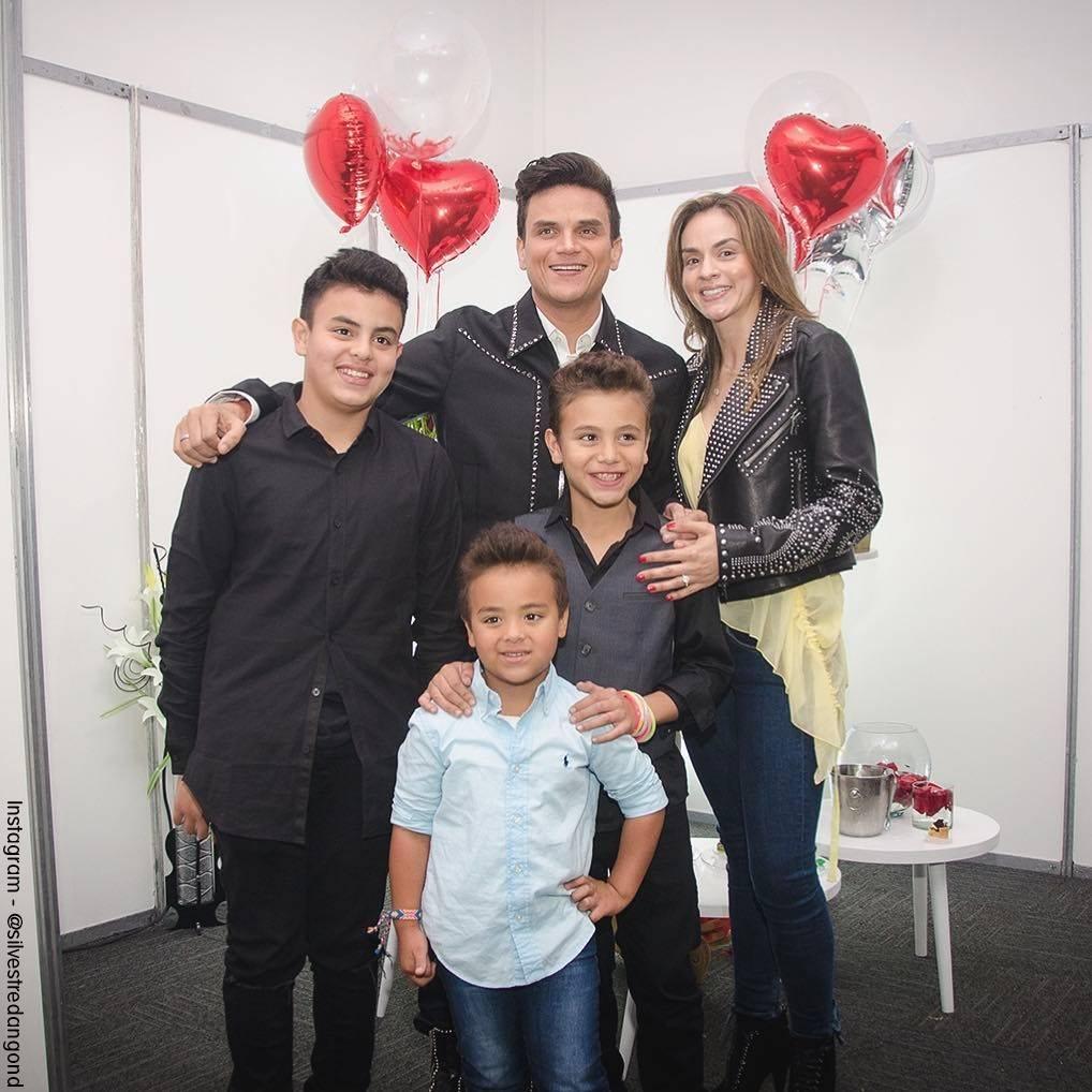 Foto de Silvestre Dangond con su espora y sus tres hijos