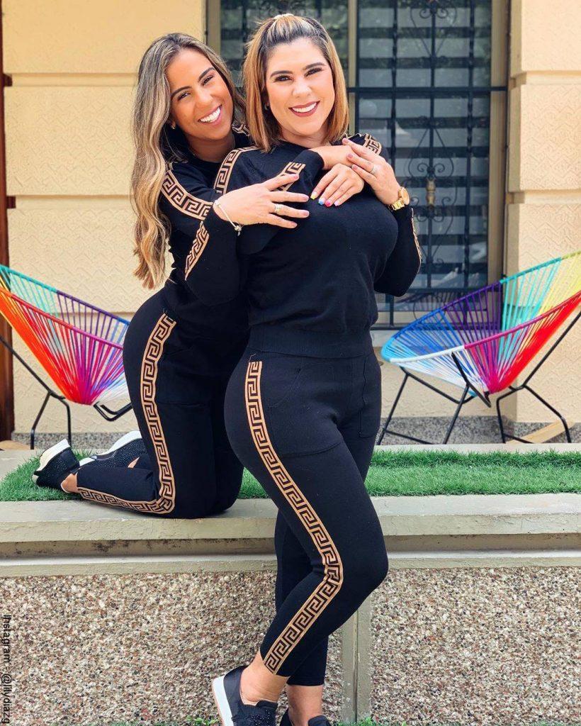 Foto de Betsy Liliana González y su hija luciendo sudaderas negras