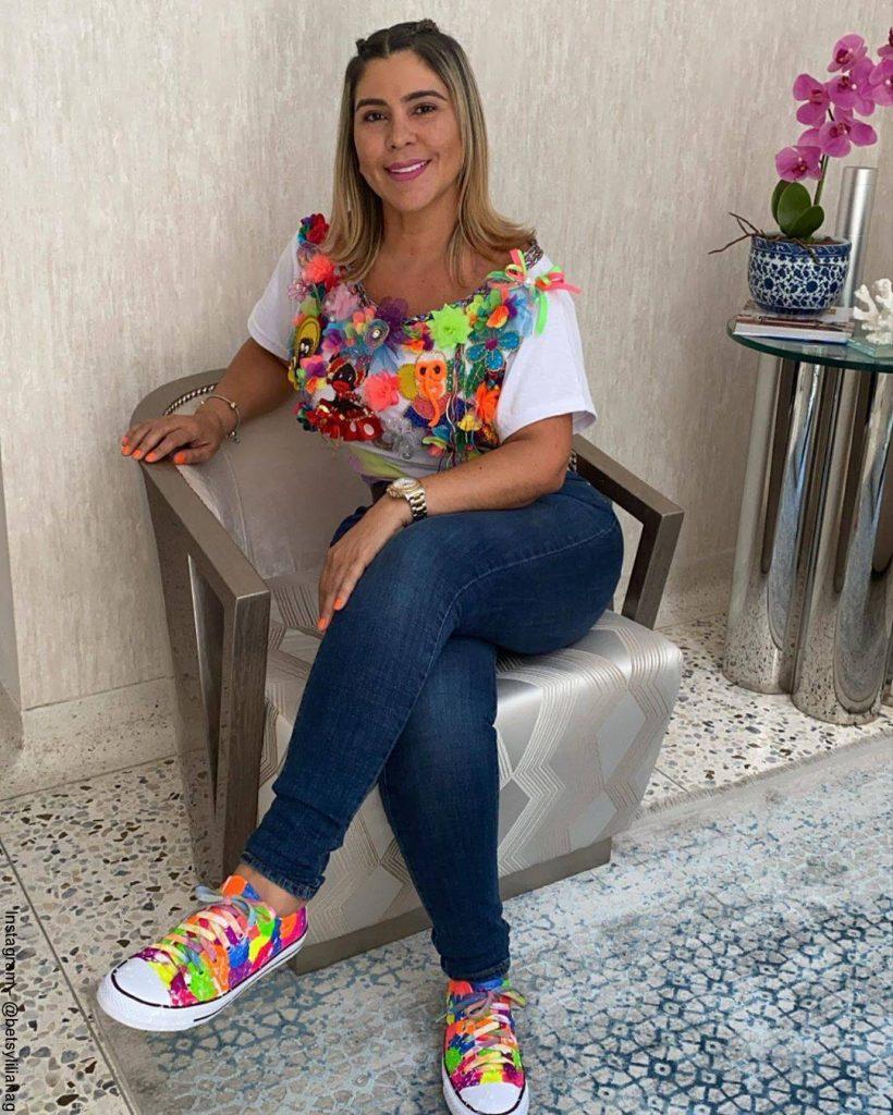Foto de Betsy Liliana González en la sala de su casa