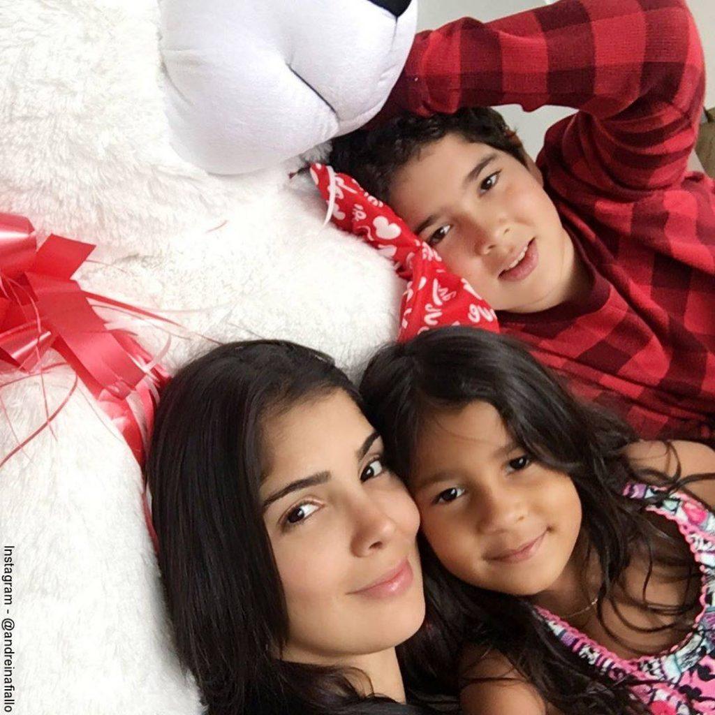 Foto de Andreína Fiallo y sus hijos recostados en la cama