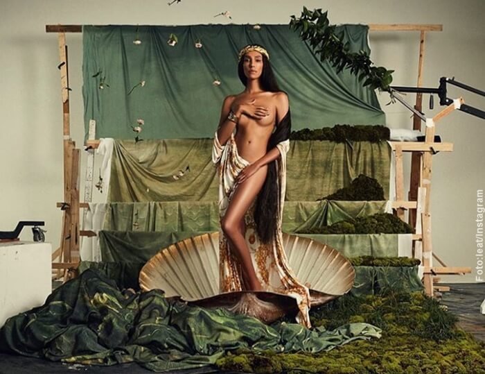 Foto de la módelo Lea T sin ropa interior y cubriendose los senos con sus manos