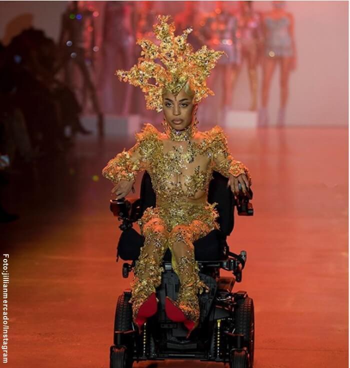 Foto de Jillian Mercado desfilando en su silla de ruedas