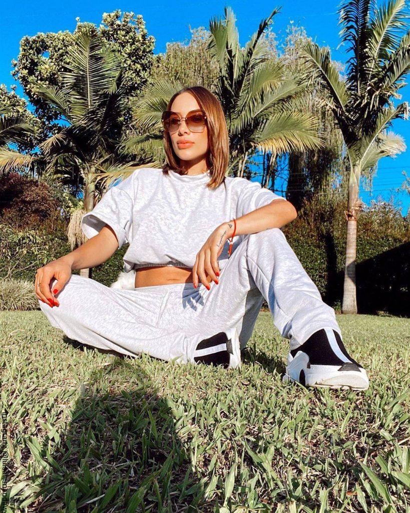 Foto de Luisa Fernanda W sentada sobre el césped