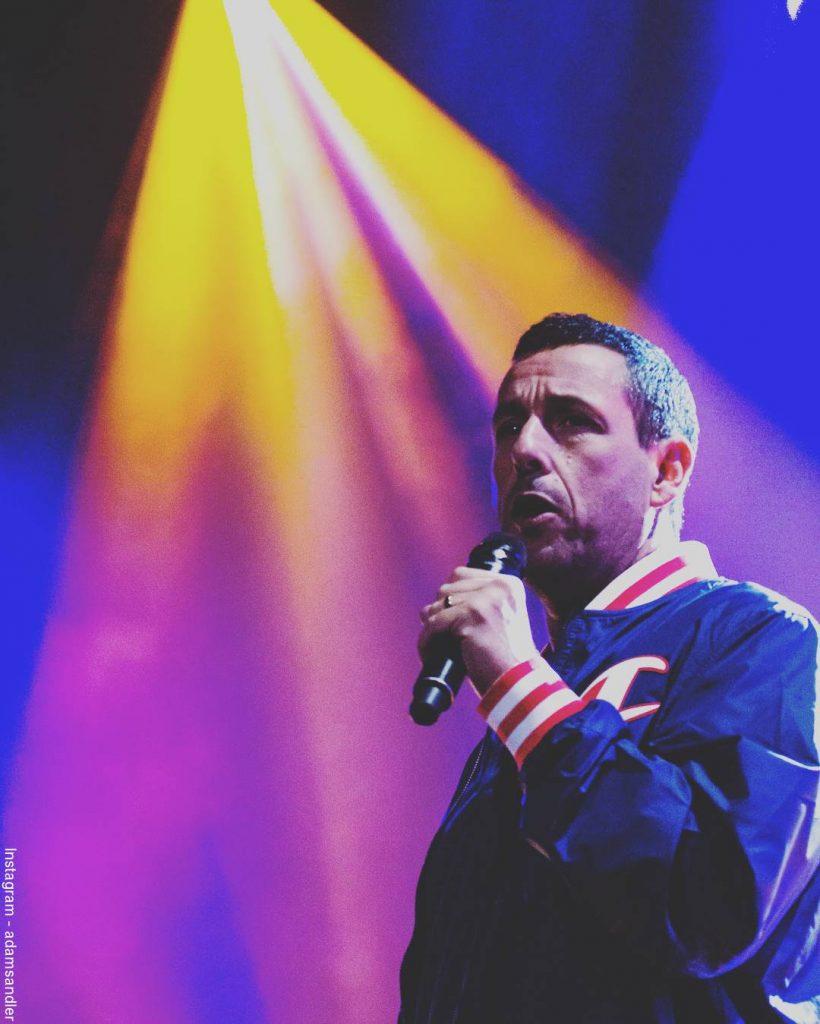 Foto de Adam Sandler durante uno de sus conciertos