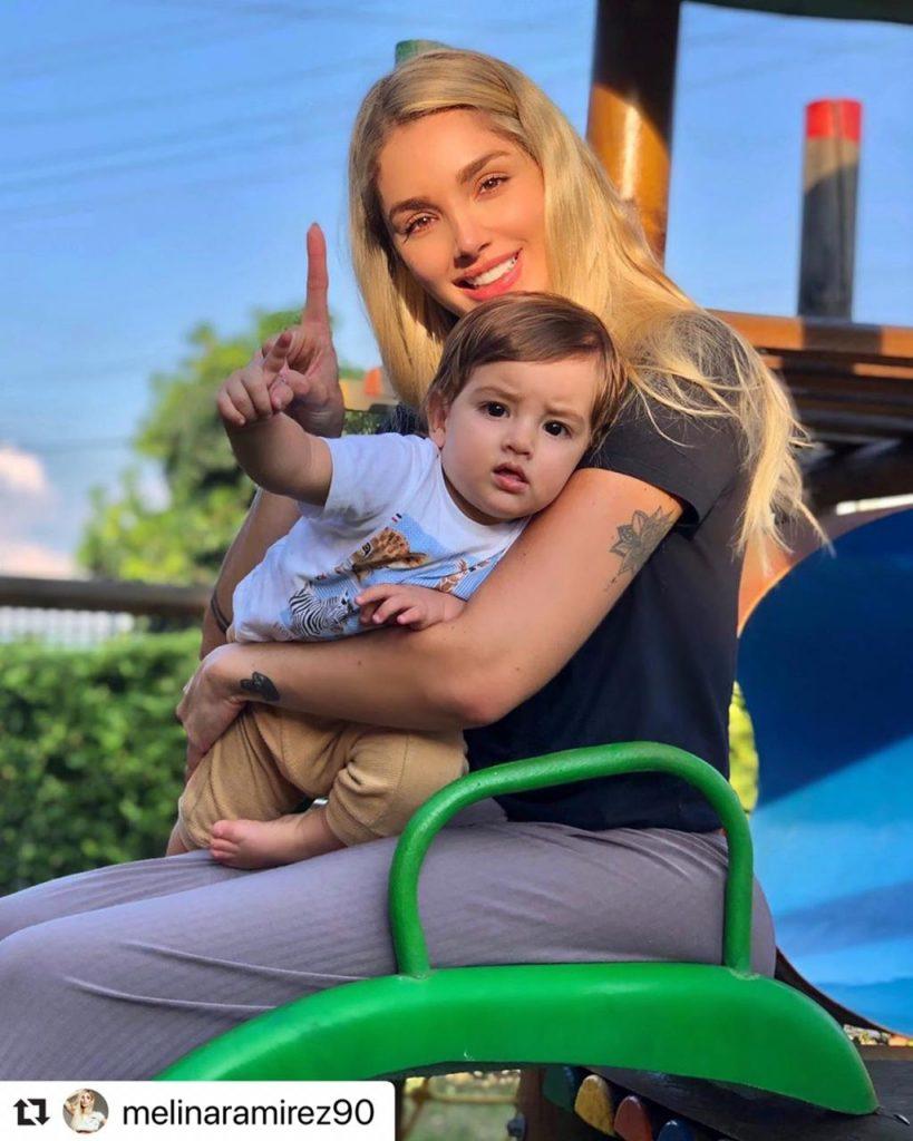 Melina Ramirez en el parque compartiendo con su hijo Salvador.