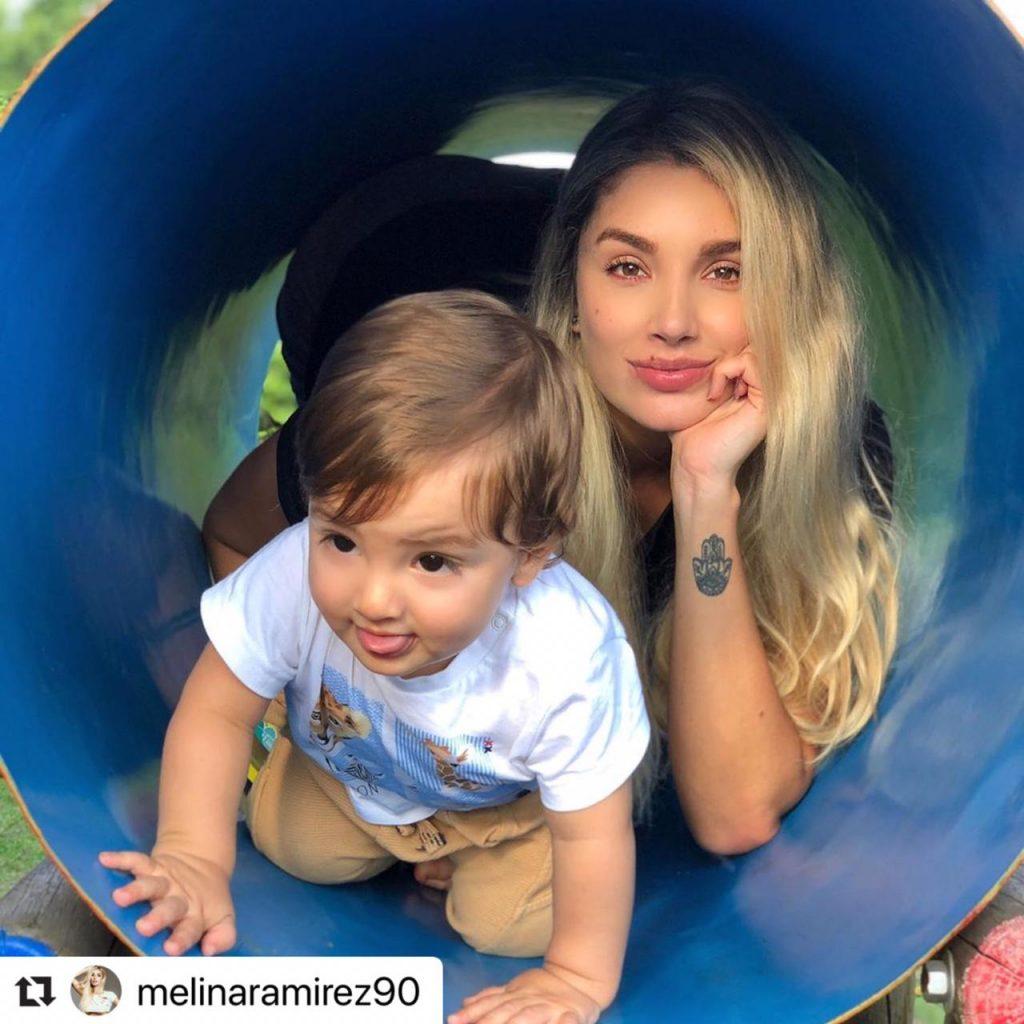 Melina y su hijo en el parque.