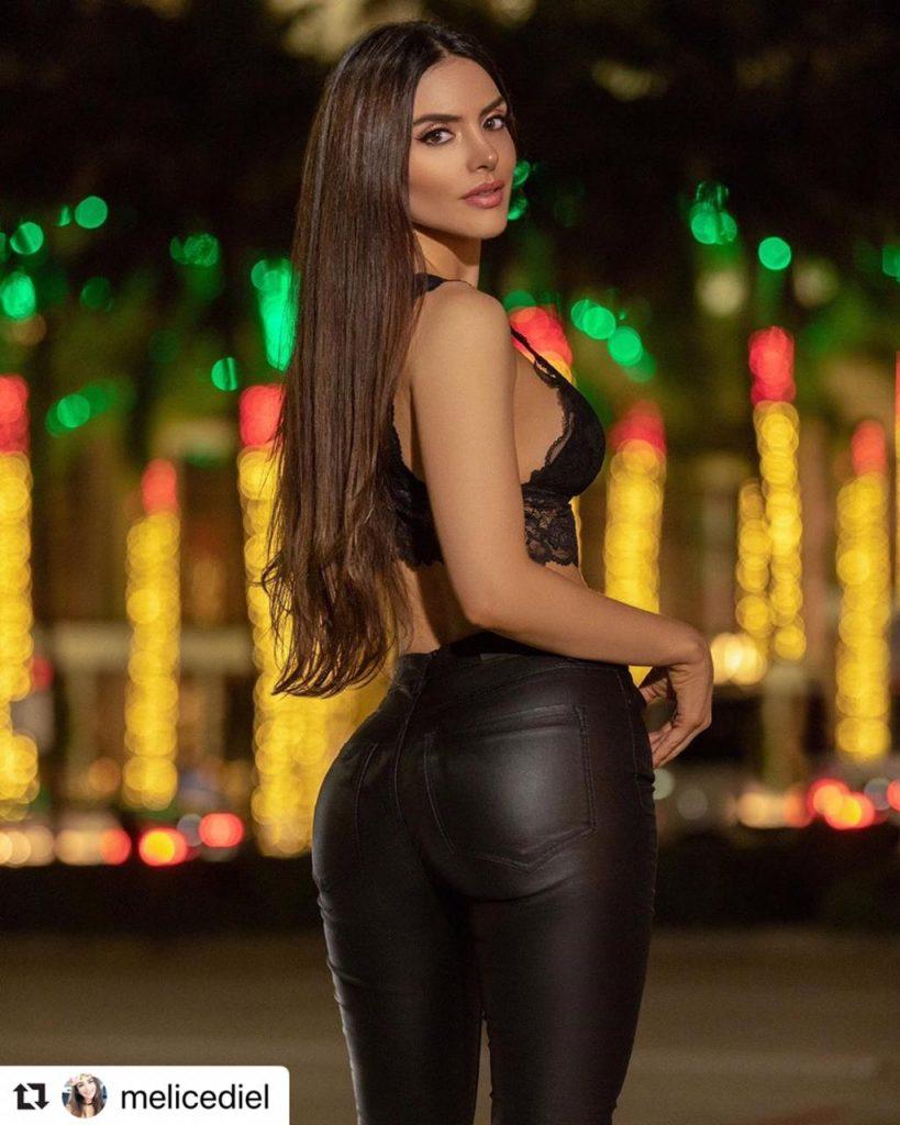 Melissa Cediel luciendo ajustado pantalón de cuero negro y top.