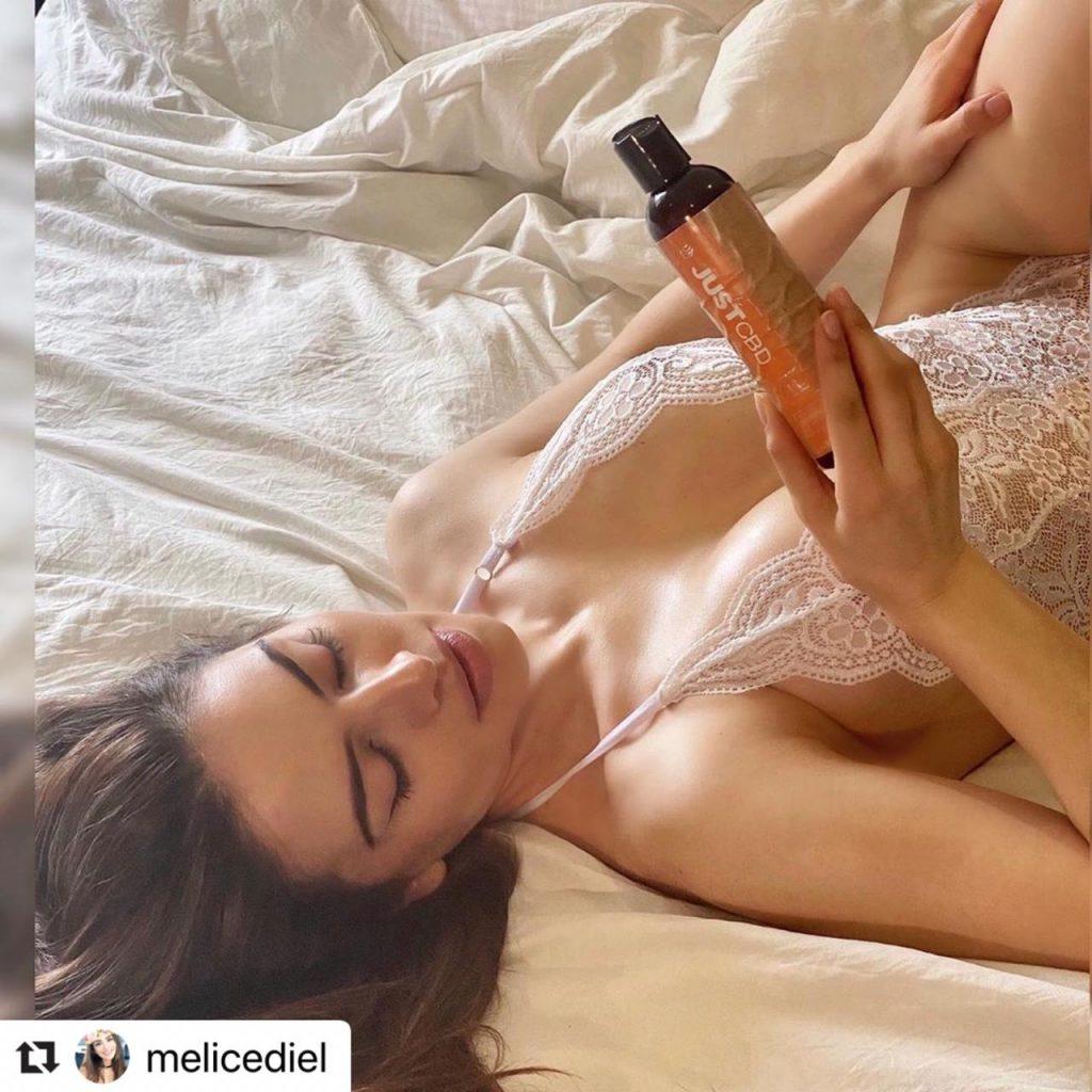 Melissa Cediel acostada luciendo sensual lencería.