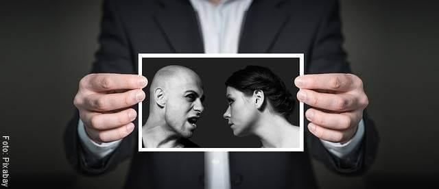 Foto de una pareja discutiendo (nunca confesar una infidelidad)