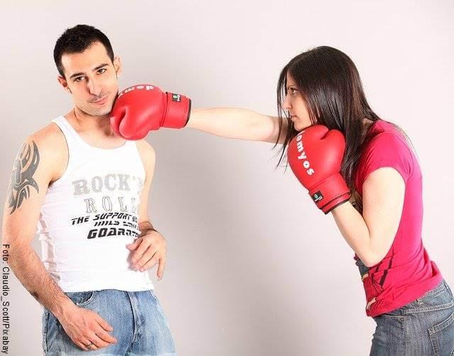 Foto de una pareja peleando como boxeo