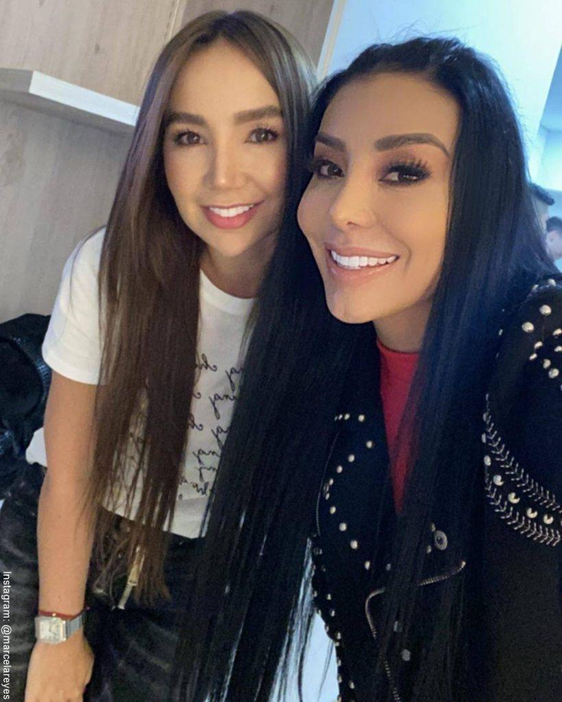 Foto de la Dj Marcela Reyes al lado de la cantante Paola Jara