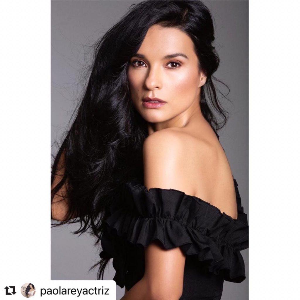 Paola Rey posando con blusa negra.